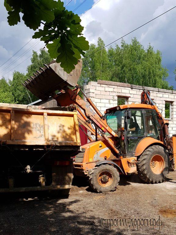 Погрузка грунта экскаватором на грузовой автомобиль
